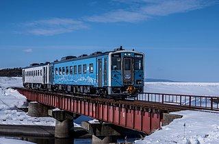 オホーツク海沿岸を走る「流氷物語号」。車窓から流氷が見える